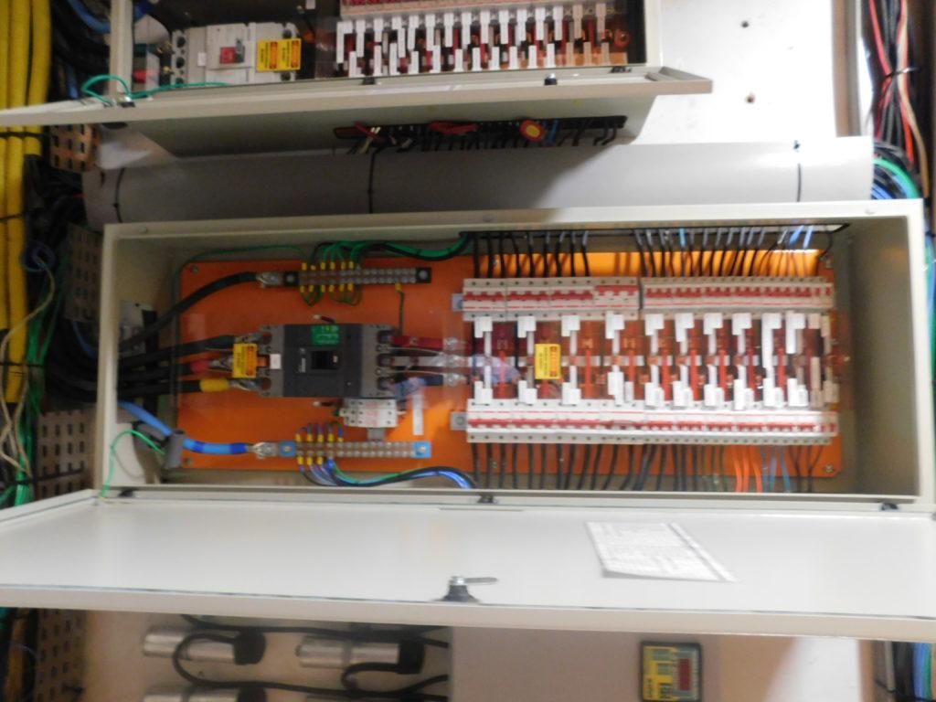 Manutenção corretiva e preventiva - quadro de transferência de circuitos elétricos   Kabelweg Engenharia – KWE